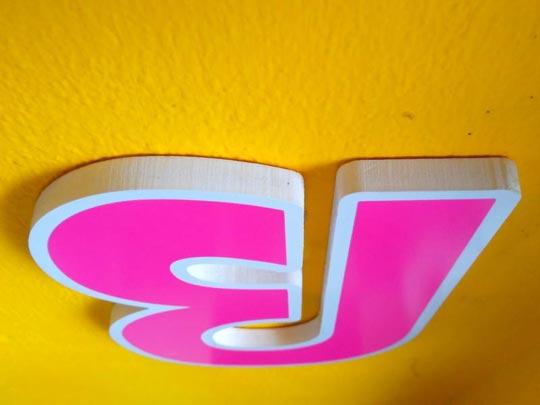 ติดตั้งตัวอักษรพลาสวูด บนผนังปูน ด้วยกาวตะปู